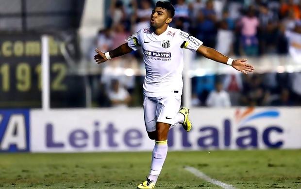 Gabriel comemora gol na vitória do Santos sobre Ponte Preta na Vila Belmiro