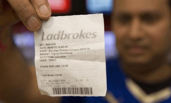 Apostador mostra comprovante de aposta no Leicester com cotação 1.001. Um retorno de 5.005 libras para uma aposta de 5 libras não é nada mal...